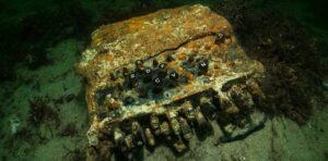 Une machine Enigma utilisée par les nazis découverte en mer Baltique, par des plongeurs